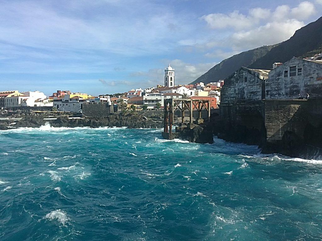 Vista de Garachico ante la fuerza del mar, en Tenerife (Islas Canarias, España)