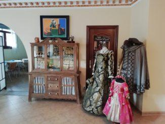 Vestimentas medievales en el Hotel Mayno (Pastrana, Guadalajara). Autor: H. G.