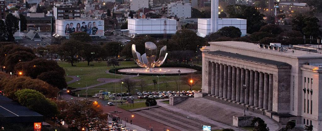 Imagen de la plaza de Naciones Unidas y la escultura Floralis Genérica. Autor: Turismo de Buenos Aires.