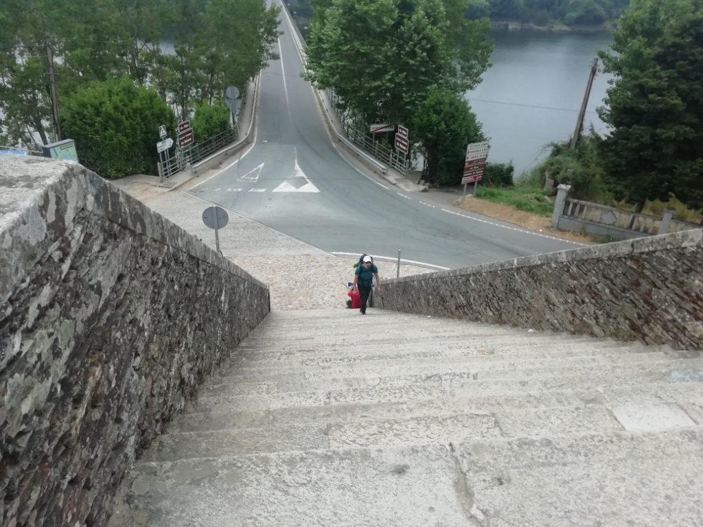 Peregrino recorriendo el Camino de Santiago en la localidad de Sarria