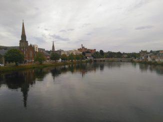 Centro histórico de Inverness desde el río Ness