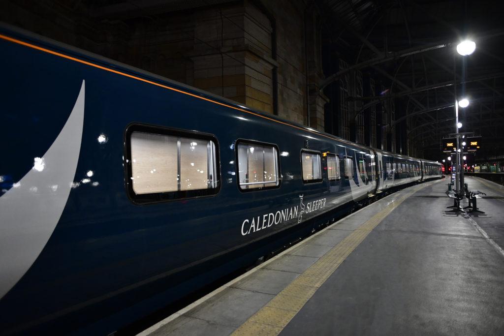 El tren Caledonian Sleeper entre Londres y las Highlands Escocia en la estación