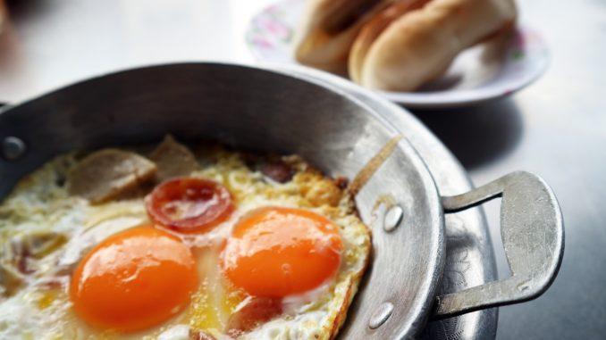plato con huevos