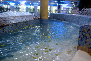 Baño con limones en el balneario Marina d'Or.
