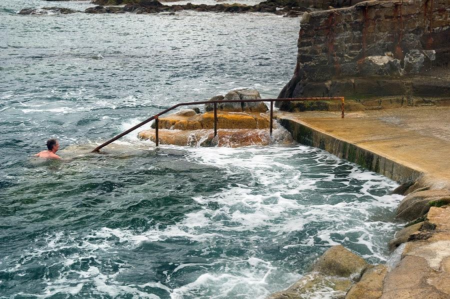 Un hombre se baña en aguas gélidas de Sandycove (Irlanda)
