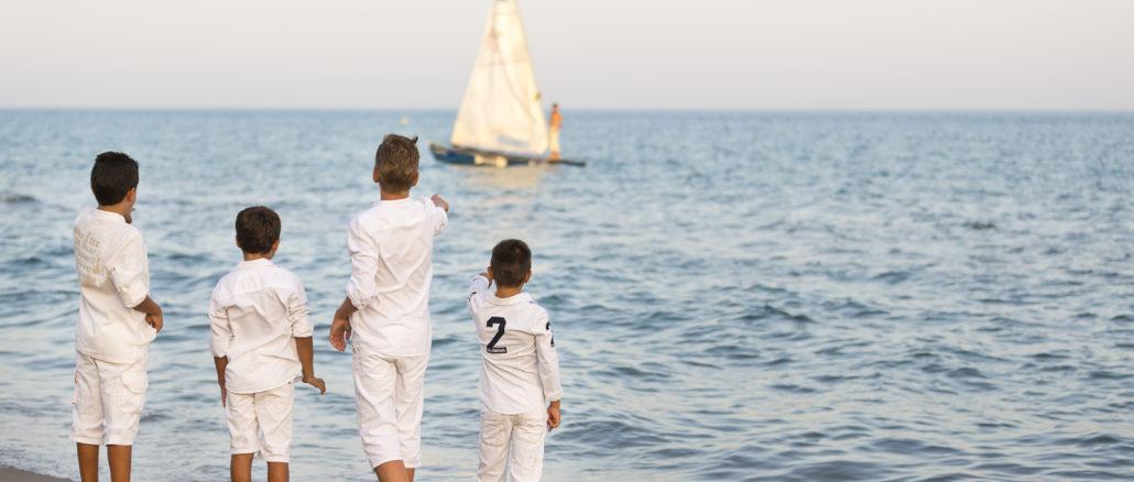 Niños en la playa del Biberón de Calafell (Tarragona).
