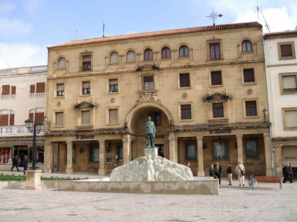 Plaza de Andalucía y Monumento al General Saro, en_Úbeda (Jaén)