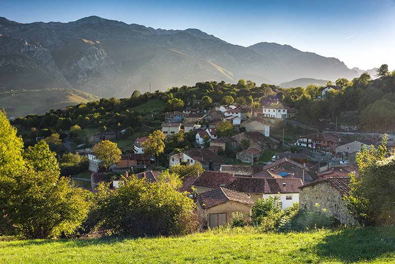 Vista de Asiegu (municipio de Asturias, en los Picos de Europa)