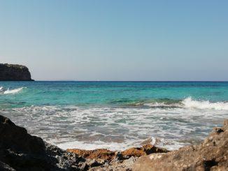 Vista del Mediterráneo desde la Cala En Baster, en Formentera (Islas Baleares).