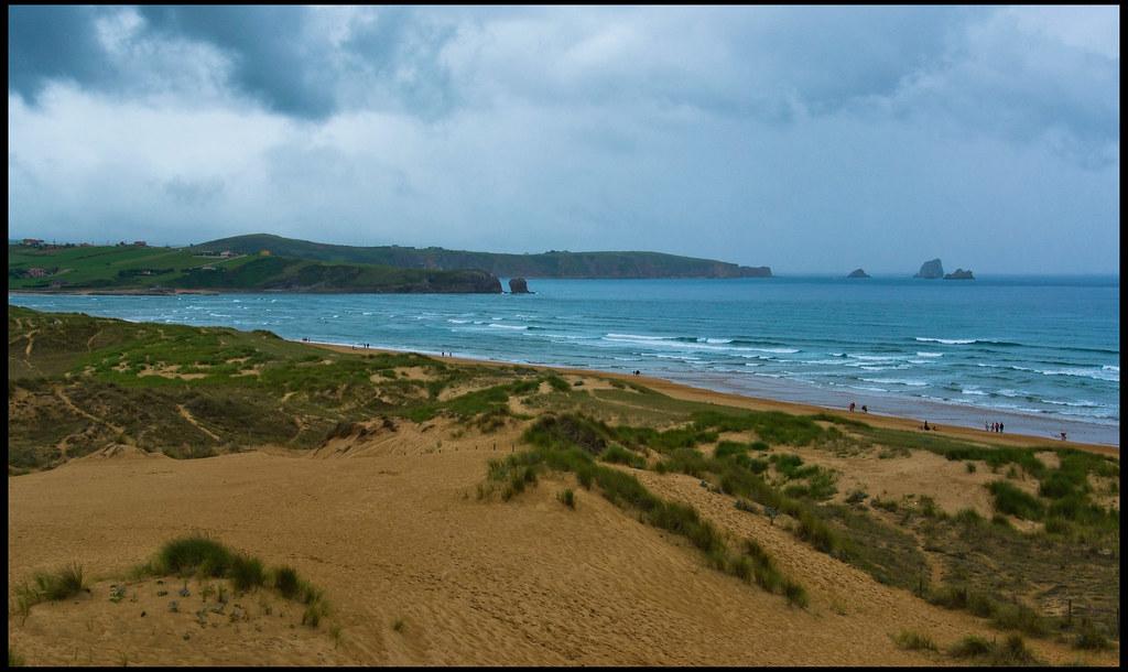 Playa de Valdearenas en el parque Natural de las Dunas de Liencres (Liencres, Cantabria).