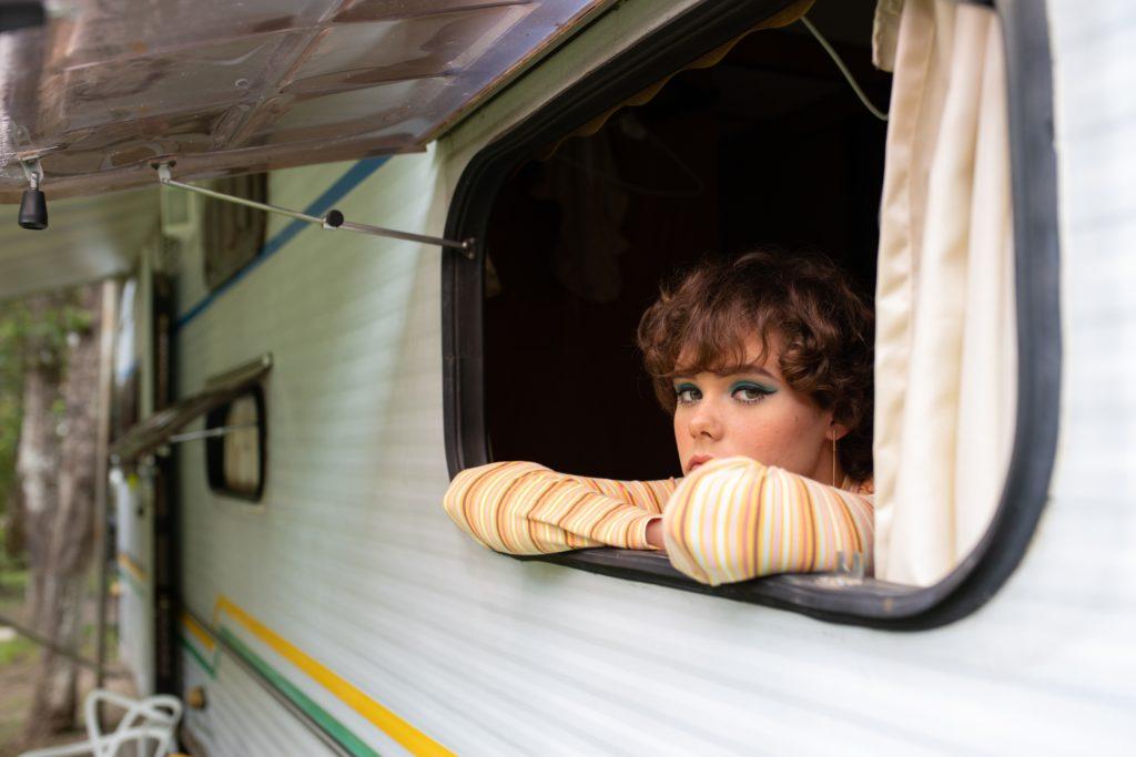 Una joven en una autocaravana